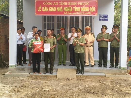 """Lãnh đạo Công an tỉnh Bình Phước trao nhà """"Nghĩa tình đồng đội"""" cho chiến sĩ Lâm Tray"""