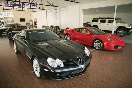Mercedes SLR có kiểu dáng đẹp, giá khoảng 500.000 USD, đắt nhất trong bộ sưu tập. Ảnh: Phnom Penh Post.