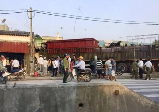 Hiện trường nơi xe đầu kéo và xe tải lao lên vỉa hè cán chết người, đâm hàng loạt nhà dân ở Thanh Hóa - Ảnh Lê Thái
