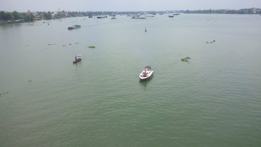 Lực lượng chức năng tìm kiếm ở dưới sông