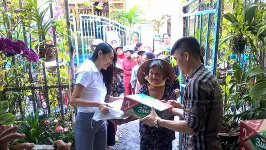 Hai vợ chồng tiền đạo Công Vinh, ca sĩ Thủy Tiên đi làm từ thiện