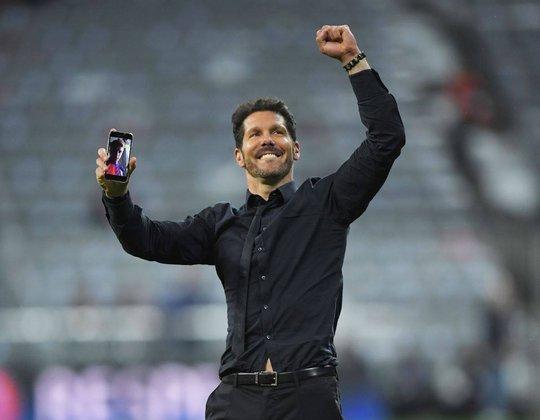 HLV Simeone gọi facetime cho con trai Giovanni được chiêm ngưỡng khoảnh khắc tự hào trên sân Allianz Arena