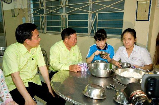 Buổi ăn tối và trò chuyện thân mật của CBCNV An Tín Travel và các em nhỏ tại trường mù Nguyễn Đình Chiểu