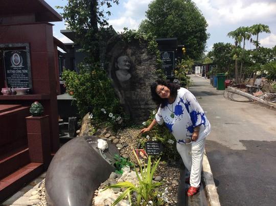 NSND Kim Cương viếng mộ mẹ - cố NSND Bảy Nam và đặt quyển hồi ký lên mộ với niềm vui báo công thành quả của bà sau nhiều năm viết quyển sách này
