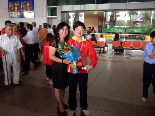 Cô giáo Phong Lan đón học trò tại sân bay