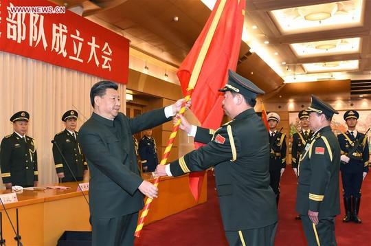 Chủ tịch Trung Quốc Tập Cận Bình trao cờ cho chỉ huy các đơn vị mới hôm 31-12-2015. Ảnh: Tân Hoa Xã