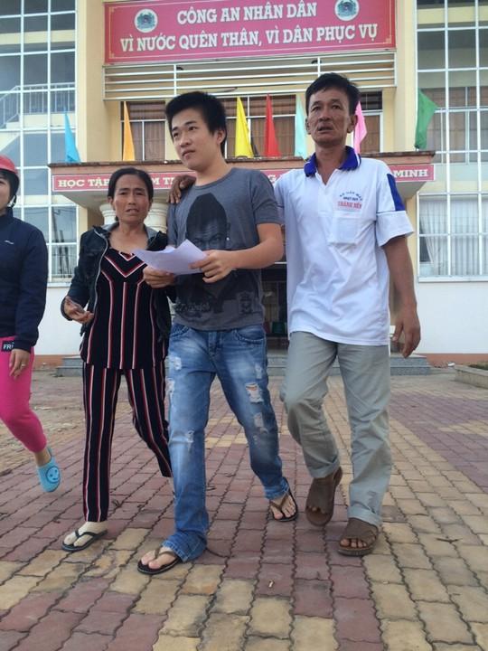 Nguyễn Vũ Ca vui mừng khi cầm trên tay quyết định được cho tại ngoại