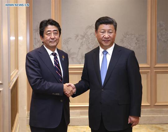Chủ tịch Trung Quốc Tập Cận Bình (phải) và Thủ tướng Nhật Bản Shinzo Abe gặp nhau hôm 5-9. Ảnh: News.cn