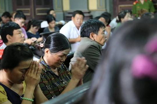 Mẹ và chị bị cáo Tiến liên tục chắp tay cầu Phật khi nghe luật sư Nam bào chữa cho Tiến.