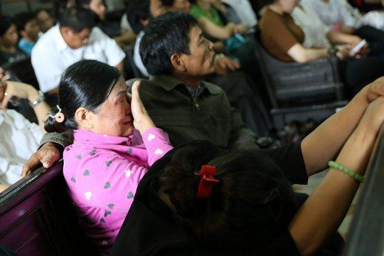 Mẹ bị cáo Vũ Văn Tiến bật khóc khi chủ tọa công bố cáo trạng về quá trình gây án của Dương