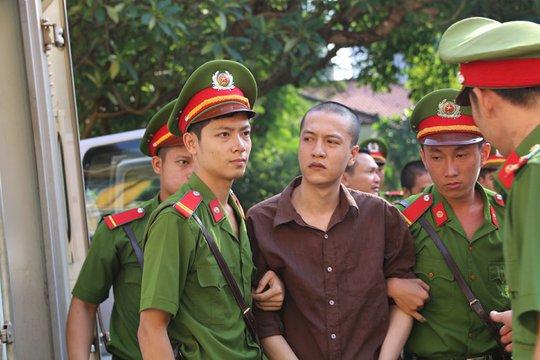 Nguyễn Hải Dương đưa mắt tìm người thân đến dự tòa