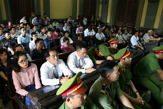 Phòng xử kín chỗ do rất nhiều người đến dự tòa