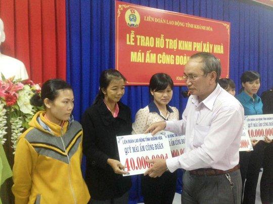 Ông Nguyễn Hòa, Chủ tịch LĐLĐ tỉnh trao hỗ trợ kinh phí cho các gia đình