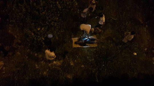 Thi thể nam thanh niên được vớt lên bờ phục vụ công tác khám nghiệm, điều tra Ảnh: facebook Phan Huy Trần