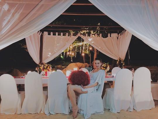 Bó hoa hồng to ma Hồ Ngọc Hà được tặng được cho là trong lễ cầu hôn của cô