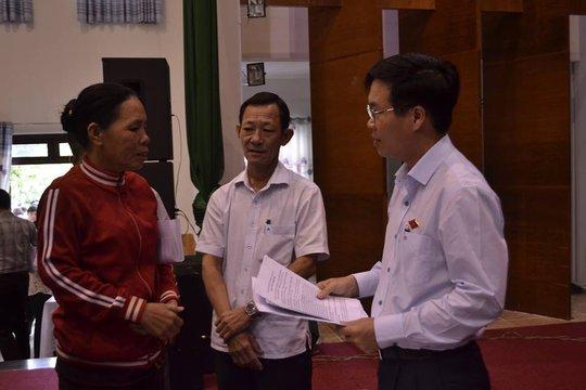 Ông Võ Văn Thưởng trò chuyện với cử tri trong giờ giải lao