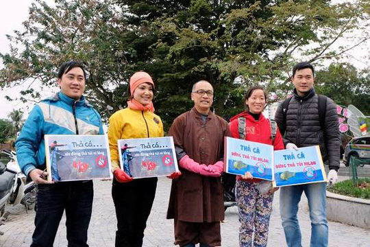 Tại đây cũng một nhóm tình nguyện tuyên truyền nhắc nhở người dân giữ gìn nét đẹp văn hóa và đừng xả rác ra môi trường