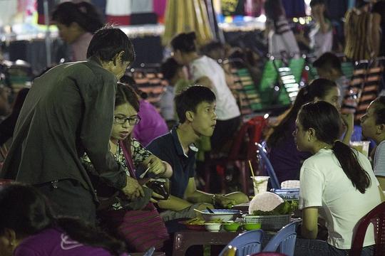 Chợ đêm làng đại học Thủ Đức là nơi sinh viên tập trung đông đúc để mua sắm, ăn uống. Chính vì vậy, nhiều người ăn xin xem đây như một thiên đường ăn xin.
