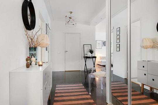 Lối đi của căn hộ được trang trí với những món phụ kiện đẹp mắt.