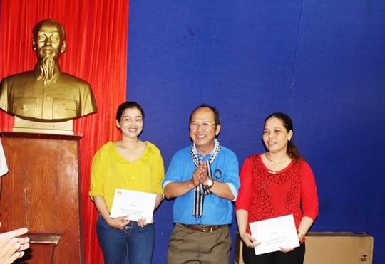 Đoàn công tác tặng quà cho lớp học trên đảo Hòn Chuối.