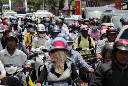 Đường Võ Thị Sáu (quận 3, TP HCM) là một trong những con đường kẹt xe nặng nhất. Dòng xe cộ đông đúc kéo dài, nhiều người nhích từng chút một dưới trời nắng gắt.