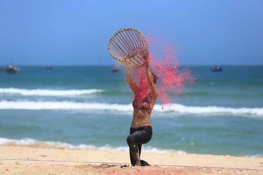 Thử thách hứng bóng nước trên bãi biển của các đội chơi Ảnh: NHÂN PHẠM