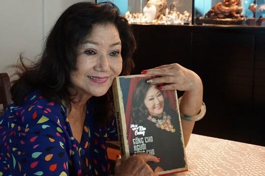 NSND Kim Cương với cuốn hồi ký đời mình trên tay Ảnh: THANH HIỆP