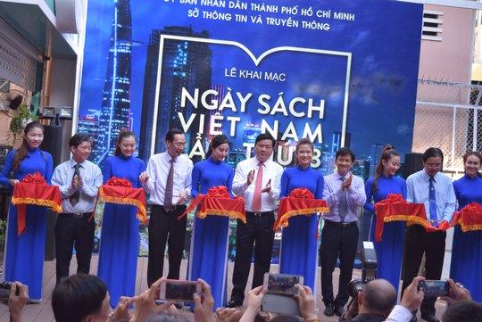 Bí thư Thành ủy TP HCM Đinh La Thăng cắt băng khai mạc Ngày sách Việt Nam năm 2016