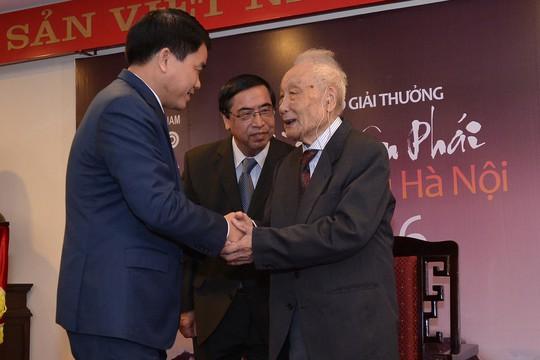 """Chủ tịch UBND TP Hà Nội Nguyễn Đức Chung trao """"Giải thưởng lớn"""" cho nghệ sĩ nhiếp ảnh Lê Vượng"""