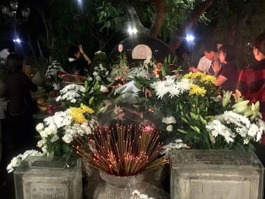 Viếng mộ Cô Sáu