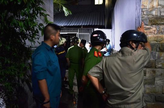 Lực lượng chức năng đang bảo vệ hiện trường nhà bị cháy.