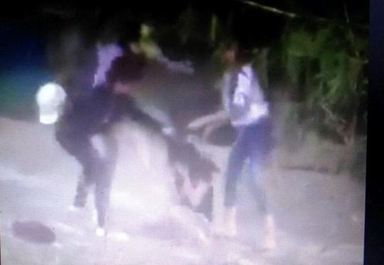 Hình ảnh 3 cô gái trẻ đánh hội đồng dã man 1 bạn khác gây bức xúc trên mạng xã hội facebook được cho là quay tại huyện Quảng Xương - Thanh Hóa (ảnh cắt từ clip)