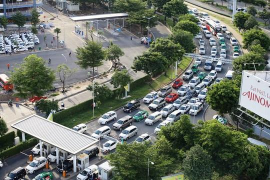 Ô tô xếp hàng vào sân bay Tân Sơn Nhất