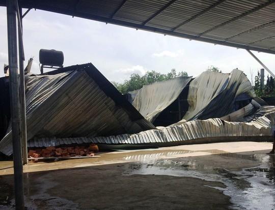 Lửa kéo sập cả khu nhà xưởng sau vụ cháy