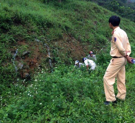 Lực lượng chức năng phong tỏa hiện trường vụ tai nạn tại đèo Chuối, huyện Đạ huoai (lâm Đồng).