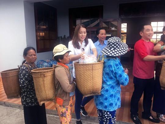 Người đẹp trao quà cho các bệnh nhân phong tại Lâm Đồng
