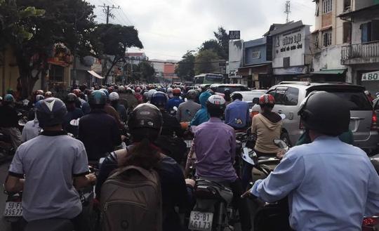 Chị Hồng Hằng, sinh viên Trường Hutech, cho biết sáng sớm đi học đã thấy cảnh kẹt xe khủng khiếp trên đường Phan Văn Trị. (ảnh: Bạn đọc Hồng Hằng)