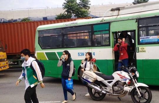 Hành khách trên xe buýt, chủ yếu là sinh viên phải xuống xe để chuyển qua phương tiện khác tiếp tục lộ trình