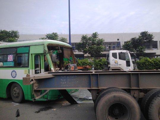 Ít phút sau, chiếc xe buýt tuyến 30 tiếp tục va chạm với một xe container khi lưu thông qua hiện trường vụ tai nạn