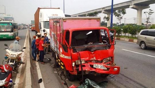 Tính hình càng căng thẳng khi cách hiện trường 2 vụ tai nạn nói trên tiếp tục xảy ra vụ tông nhau liên hoàn giữa 3 ô tô