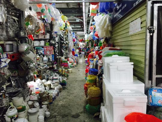 Khi khách hàng vắng, hàng hóa được chuyển sang bán chịu trả góp ở các chợ. Ảnh: TL