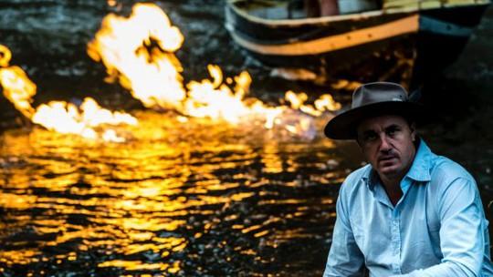 Ông Jeremy Buckingham đã thử đốt lửa trên sông để chứng minh sự hiện diện của khí metan. Ảnh: brisbanetimes