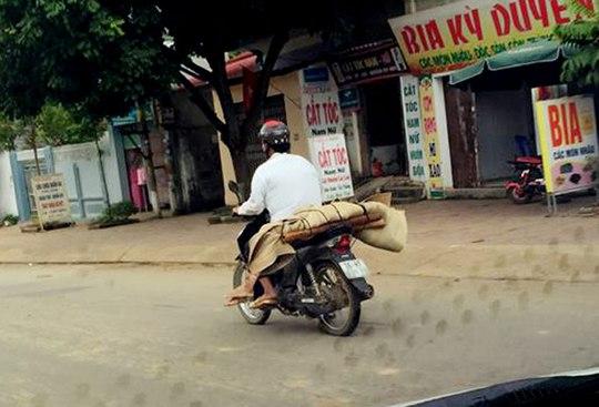 Hình ảnh chở thi thể bệnh nhân về nhà bằng xe máy (nguồn: facebook)