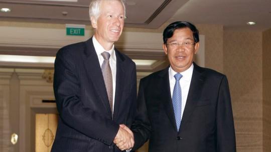 Thủ tướng Campuchia Hun Sen (phải) và Ngoại trưởng Canada Stephane Dion. Ảnh: AP