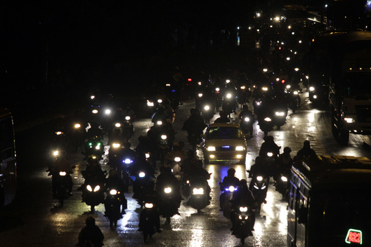 Đến cách giao lộ Võ Văn Kiệt - Quốc lộ 1 khoảng 1 km, hệ thống đèn hai bên đường bị hỏng khiến dòng người phải đi mò mẫm trong bóng đêm.