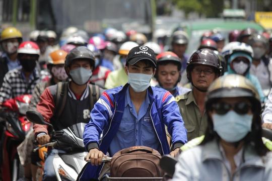 Khói bụi, ô nhiễm và nắng nóng lúc kẹt xe khiến nhiều người ngao ngán, mệt mỏi.