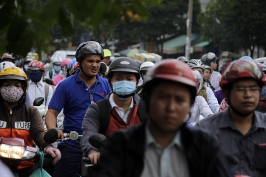 Khoảng 10 giờ sáng, đường Nguyễn Thái Sơn vẫn kẹt cứng, các phương tiện xếp hàng dài chết đứng. Nhiều người tỏ ra ngao ngán vì trễ giờ học, giờ làm
