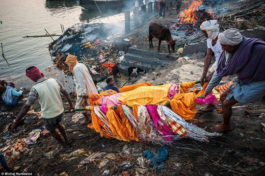 Các thi thể được thả trôi trên sông Hằng ở Varanasi - Ấn Độ Ảnh: DAILY MAIL