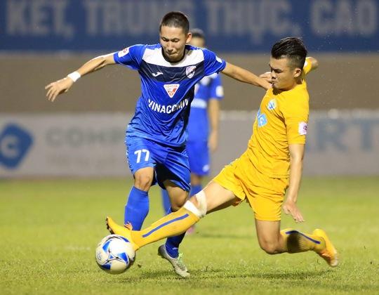 Nghiêm Xuân Tú (trái) bỏ lỡ cơ hội tốt cuối trận Than Quảng Ninh bị chủ nhà FLC Thanh Hóa cầm chân 2-2 Ảnh: Hải Anh