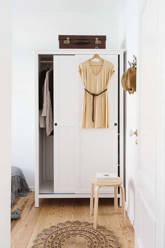 Chiếc tủ đặt thêm ở vị trí này để đáp ứng nhu cầu lưu trữ của phái đẹp.
